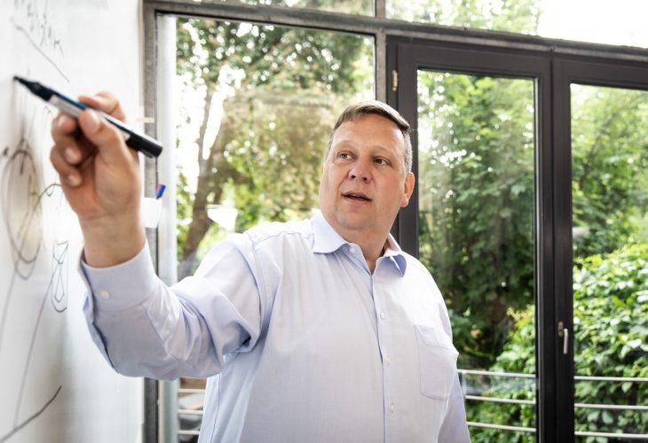Jochen Dieckhoff Zahlenwelt erklärt etwas am Whiteboard